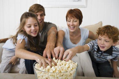 familia comiendo palomitas