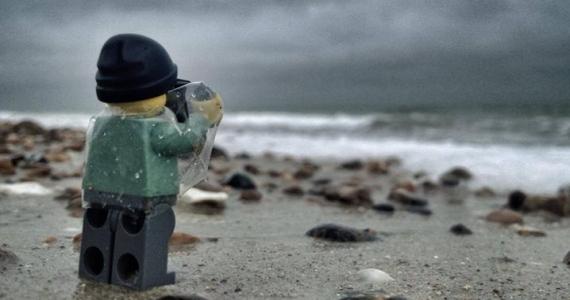 logo sacando foto del mar bajo la lluvia