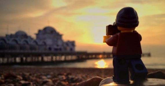 lego sacando una foto de la puesta del sol