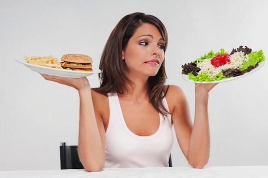 chica dudando entre hamburguesa y ensalada