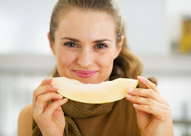 mujer comiendo un melón