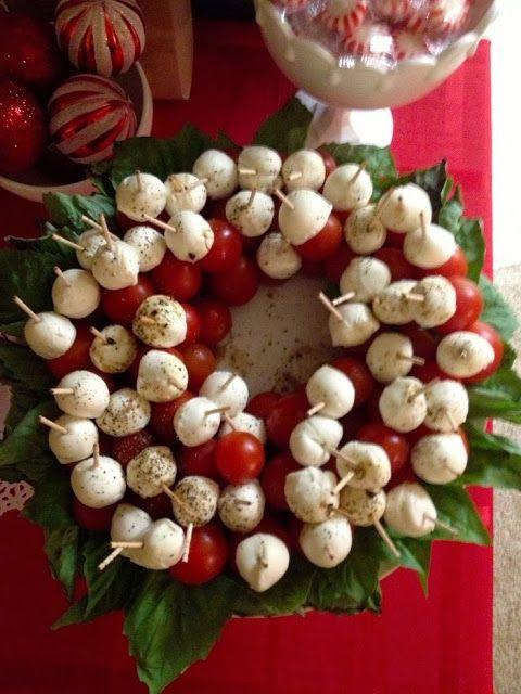 Corona de Navidad hecha con aperitivos