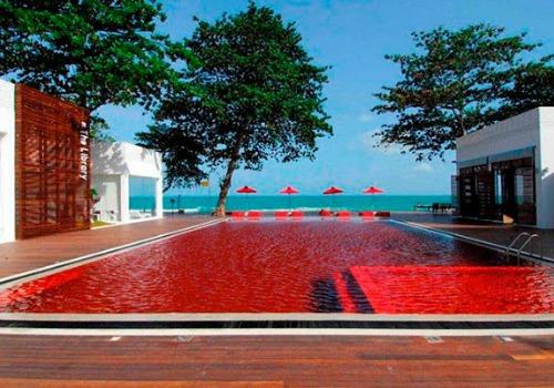 Piscina con agua de color rojo