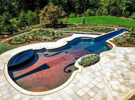 Piscina con forma de violín