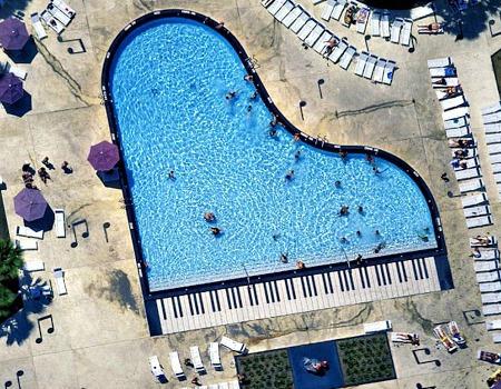 Piscina con forma de piano
